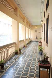 Hotel Arya Niwas Jaipur with wide open, sunlit corridors all around to give a open experience