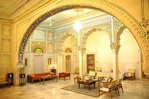Arya Niwas Hotel runs in an old haveli palace, its central hall